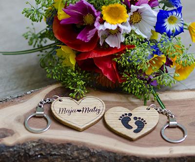 Hrastov ali orehov obesek za kljuce z motivom po izbiri