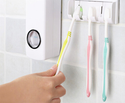 Dozirnik zobne paste z nosilcem za zobne ščetke